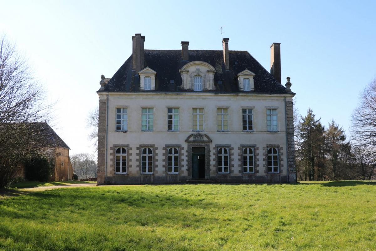 Petit château à restaurer 8 chambres parc 2,1Ha